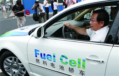 """这样的 """"身体检查"""",是在北京801线路上试运行的3辆氢燃料汽车每天都"""